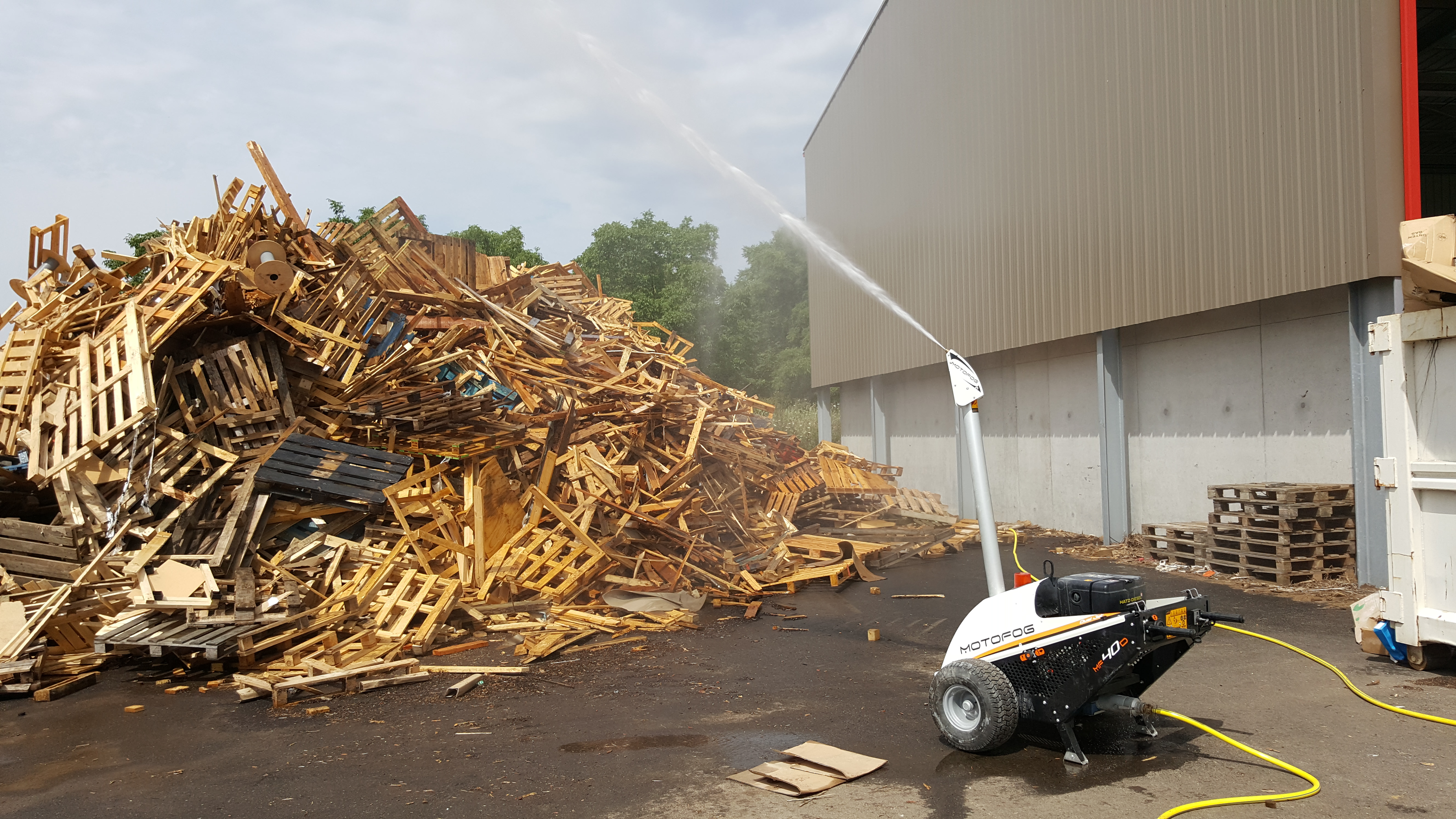 Le MOTOFOG MF40 est un brumisateur pour l'abattage de poussières et odeursNotre gamme de canons de brumisation répond à tous les types et toutes les tailles de sites : sites de démolition et de désamiantage, usines de production de béton, sites de recyclage et usines de traitement de la biomasse, travaux d'assainissement des sols, sites de manutention d'acier et de laitier, usines de traitement du bois et de l'aluminium, sites d'enfouissement ou encore les zones portuaires, imprimeries, papeteries, usine d'armement, pyrotechnie, station d'épuration, sites aéroréfrigérants, grands bâtiments industriels, data center, carrières élevages, sidérurgie, serres de production, protection incendie, textile, centre de tri, aérocondenseur, automobile, aéronautique et ferroviaire. Ils permettent de traiter la poussière minérale, industrie extractive, minerai portuaire, odeurs industrie, compostage, station d'épuration, enfouissement, BTP, démolition, stockage des minerais, solutions spécifiques, refroidissement, gaz, dépolution, pratiques de pulvérisation, poussières agroalimentaires, de déchets, du bois, du recyclage, manutention des céréales, portuaires céréales, stockage céréales, abaissement des températures, confort thermique, amélioration de la qualité de l'air, augmenter et réguler le niveau hygrométrique, humidifier les zones de travail, désamiantage et réfection de la chaussée.