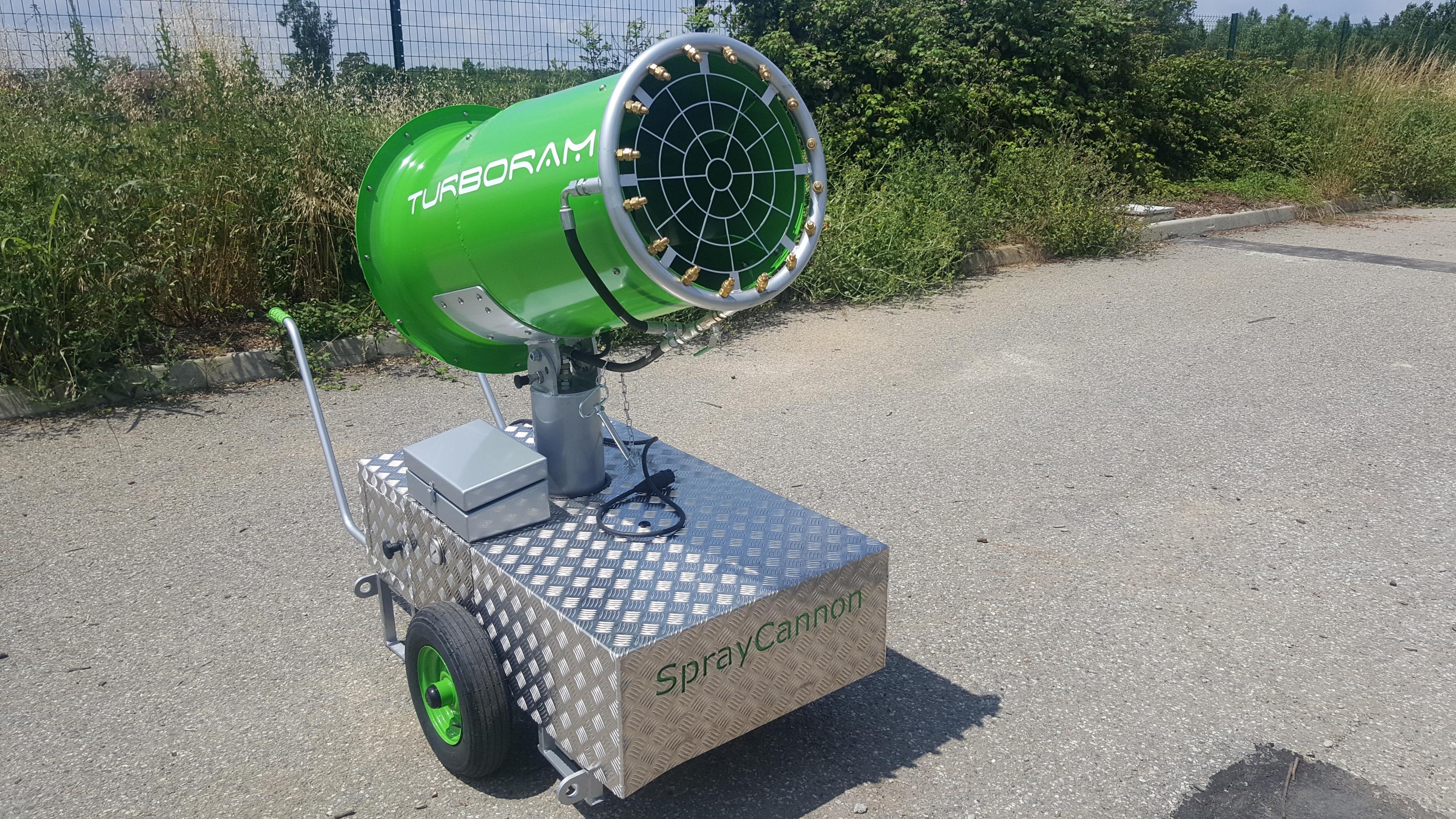 Le TURBORAM TRD35 est un brumisateur de moyenne portée principalement destiné aux travaux de démolition, de dépollution, du BTP, et aux activités de recyclage. Mobile