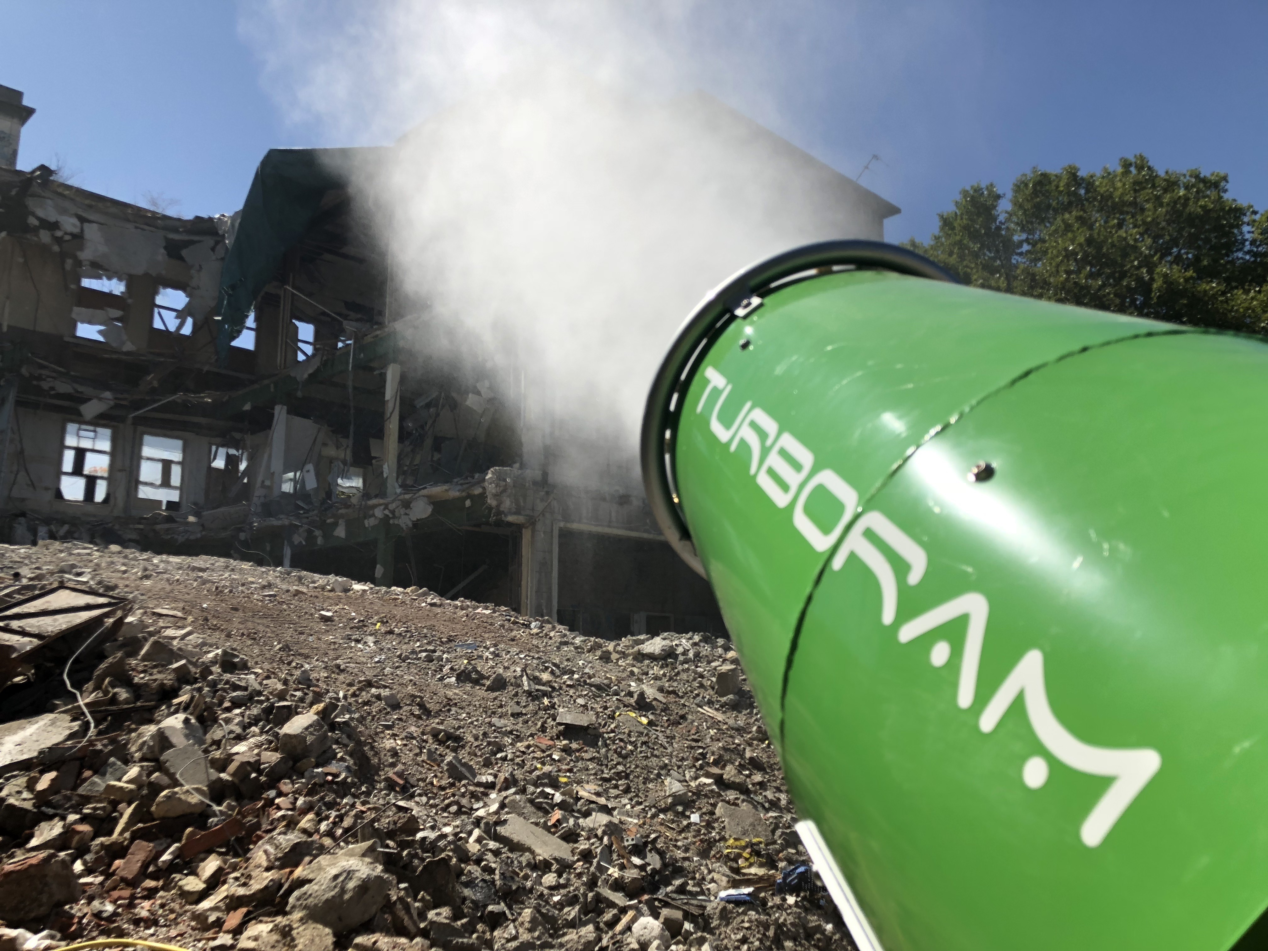 Le TURBORAM TRD40 est un brumisateur principalement destiné aux travaux de démolition, de dépollution, au BTP, et aux activités de recyclage. Mobile