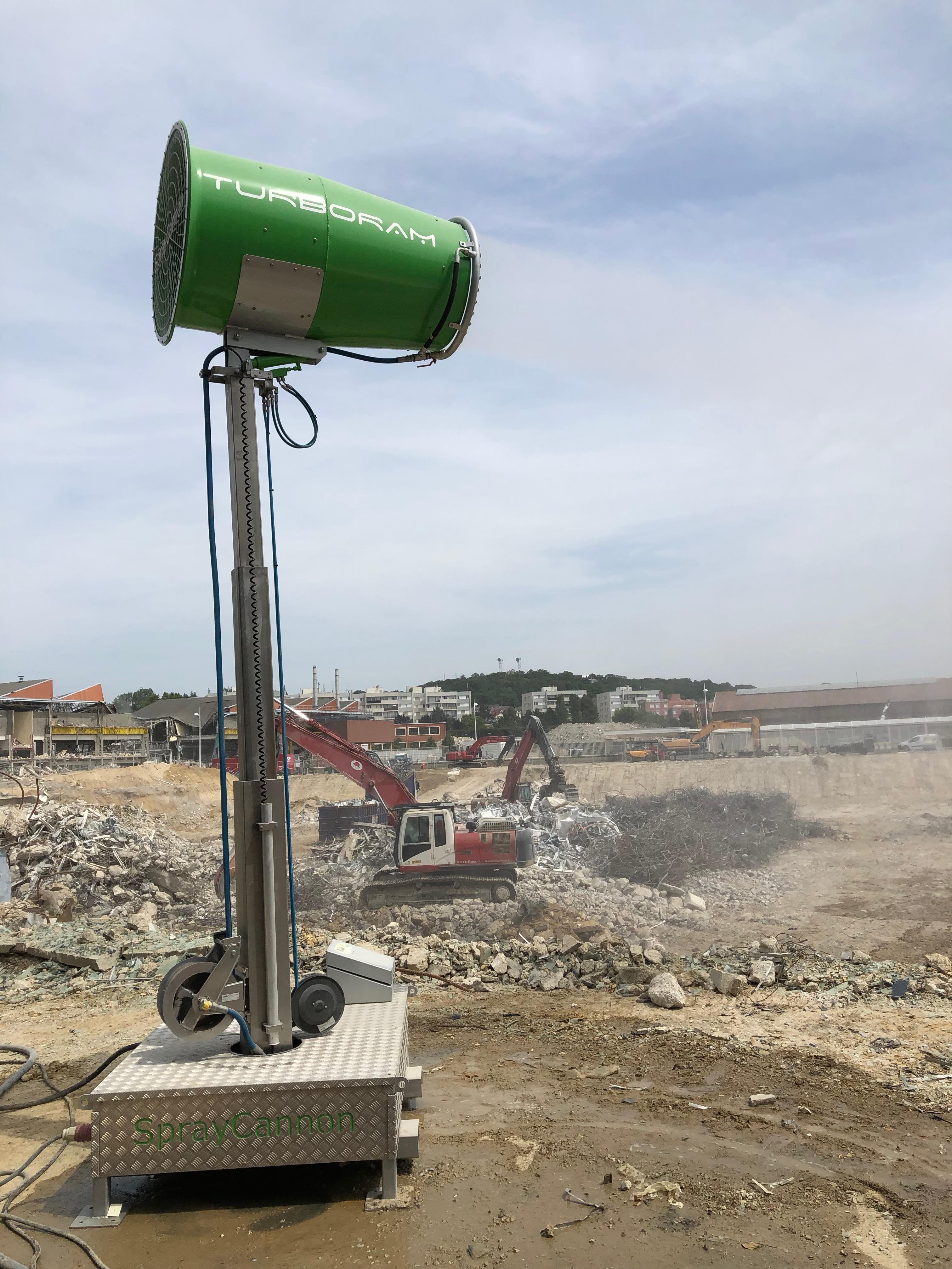 Le TURBORAM TRD60 est un brumisateur de grande puissance principalement destiné aux travaux de démolition de grande hauteur, au BTP, aux mines & carrières, aux manutentions portuaires et aux activités de recyclage. Mât